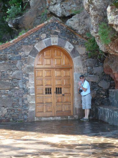 La prière annuelle de JP devant le petit ermitage