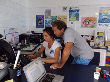 Sonia et PAtrick en plein travail à Voiles Incidences, la voilerie de St-Martin.  Avant leur arrivée, il y avait déjà un bon moment que l'île était resté sans personne pour réparer les voiles!